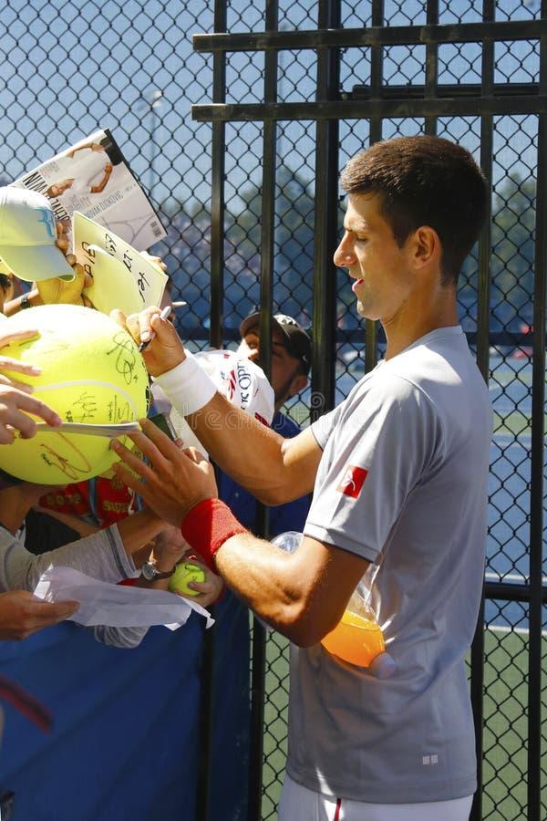 Sześć czasu wielkiego szlema mistrza Novak Djokovic podpisywania autografów po praktyki dla us open 2014 obraz stock