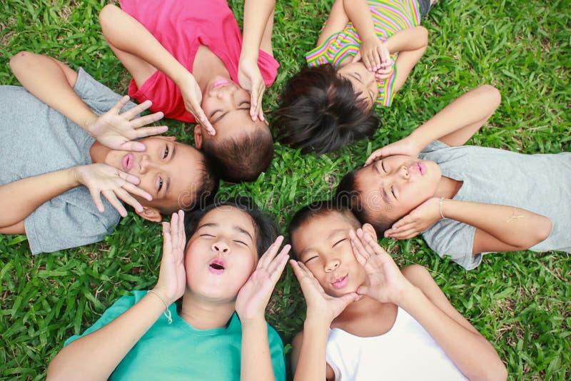 Sześć dzieci ma dobrego czas w parku, obraz stock