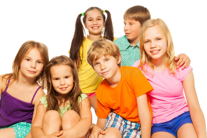 Sześć dzieciaków siedzi wpólnie zdjęcie stock