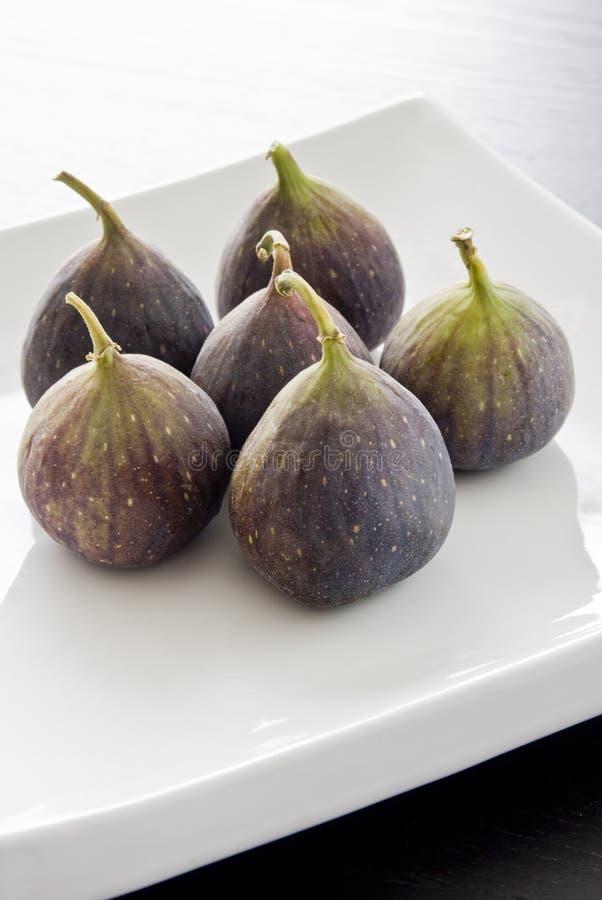 Sześć fig owoc na białym talerzu obrazy stock