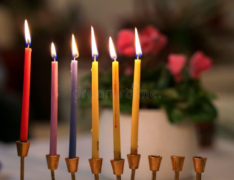 Sześć kolorowych Chanukah świeczek zaświecają w menorah Przyjemna i homely atmosfera Chanukah w Izrael zdjęcie royalty free