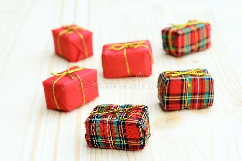 Sześć małych czerwonych Bożenarodzeniowych pakuneczków zdjęcia stock