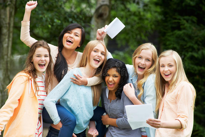 Sześć nastoletnich dziewczyn Świętuje Pomyślnych egzaminów rezultaty fotografia royalty free