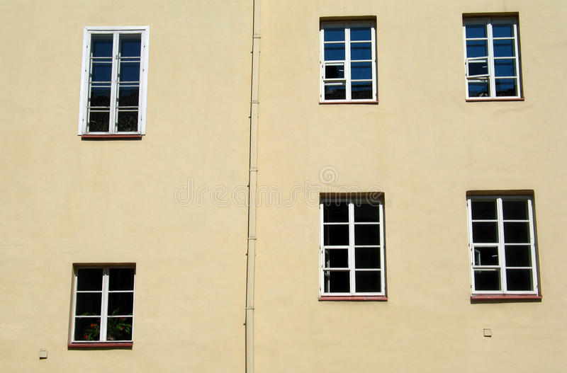 Sześć okno w podwórzu Vilnius uniwersytet obraz royalty free