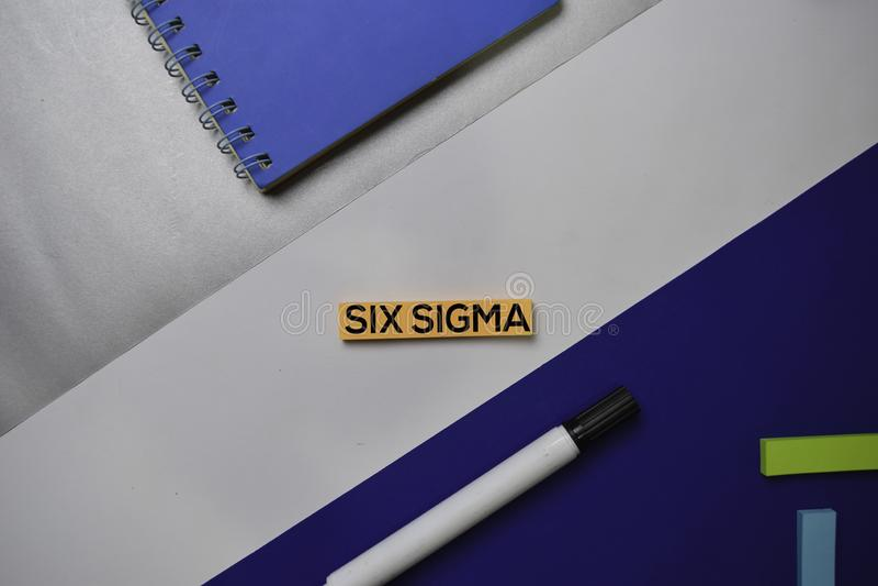 Sześć sigm tekstów na kleistych notatkach z koloru biurowego biurka pojęciem obraz stock