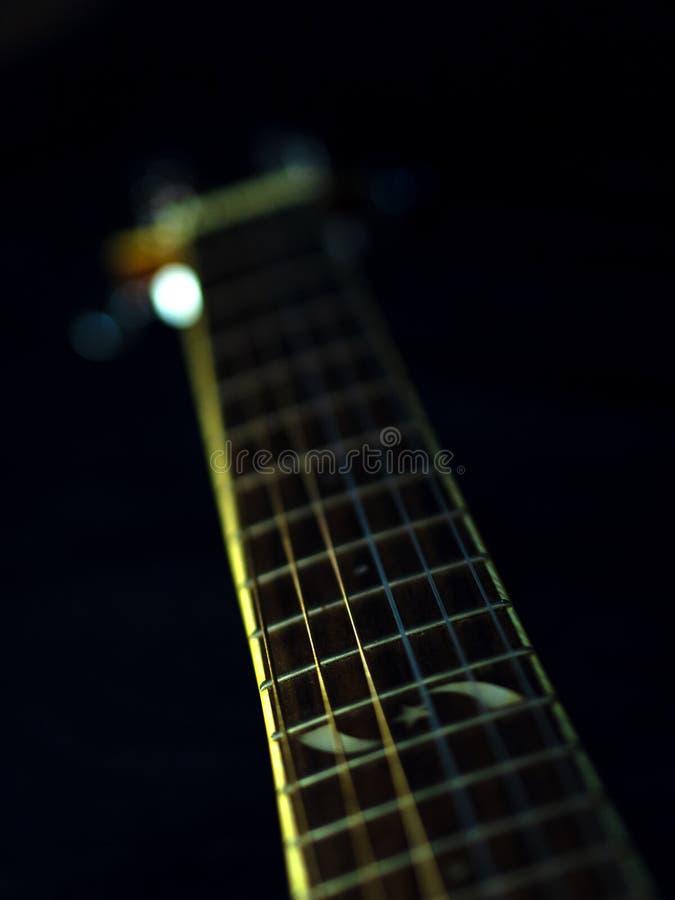 Sześć - smyczkowa gitara akustyczna na czarnym tle sztuki pi?knej kamery oczu mody pe?ne splendoru zieleni klucza wargi target184 obraz royalty free