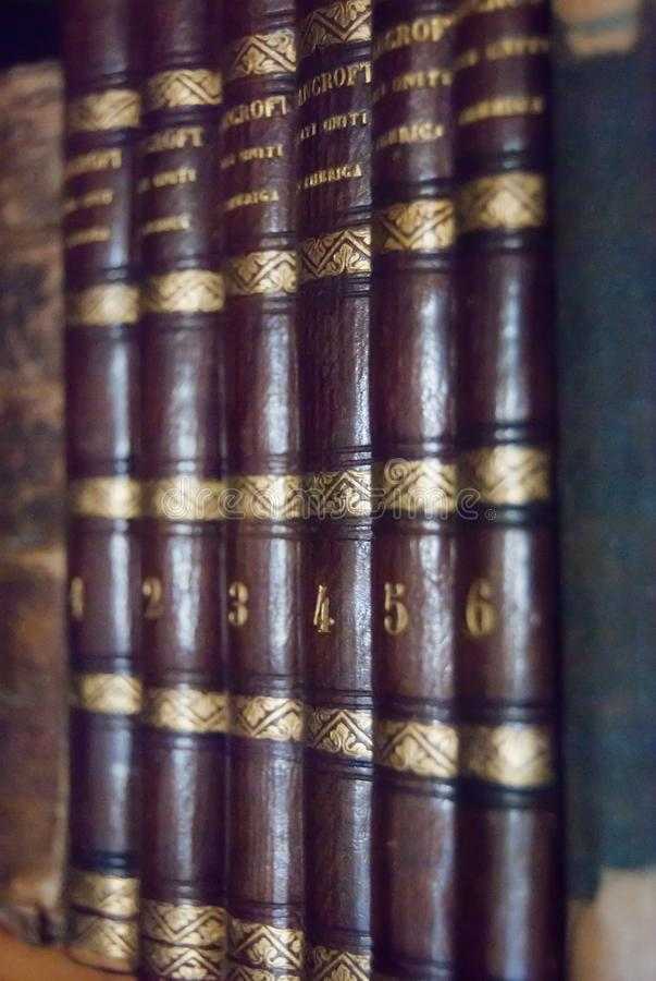 Sześć starych książek na półce obrazy royalty free