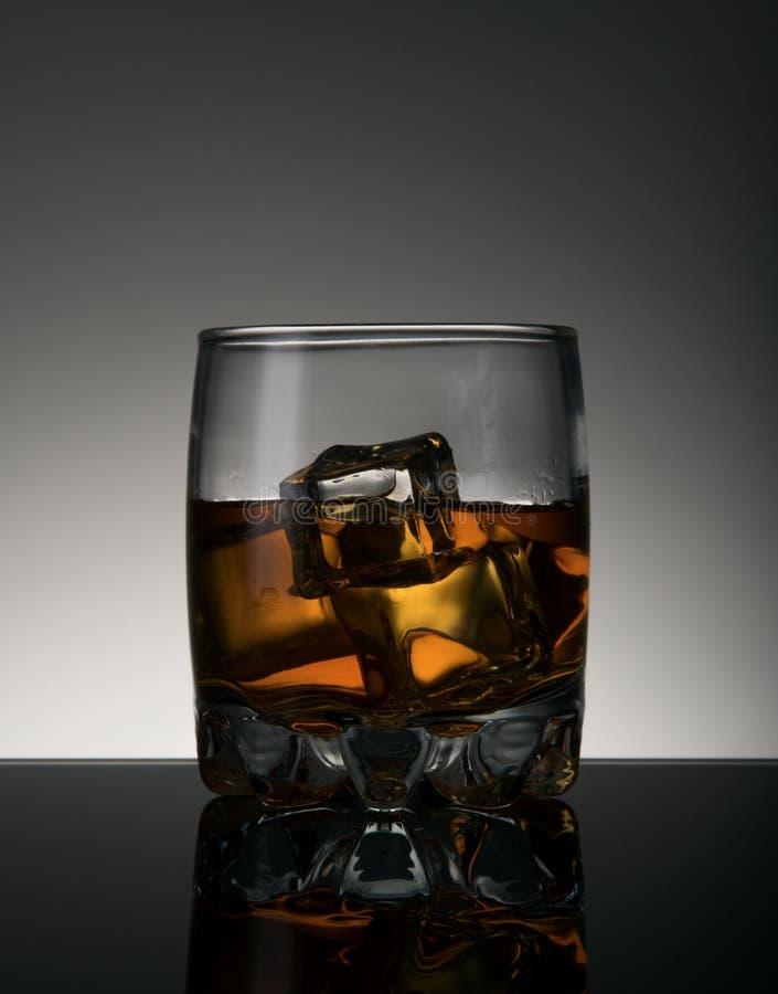 sześcianów szkła lodu whisky obraz stock