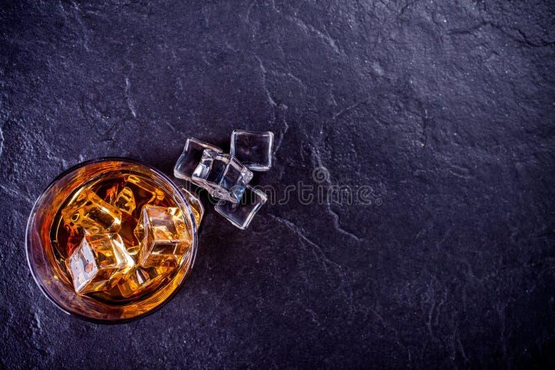 sześcianów szkła lodu whisky zdjęcia stock