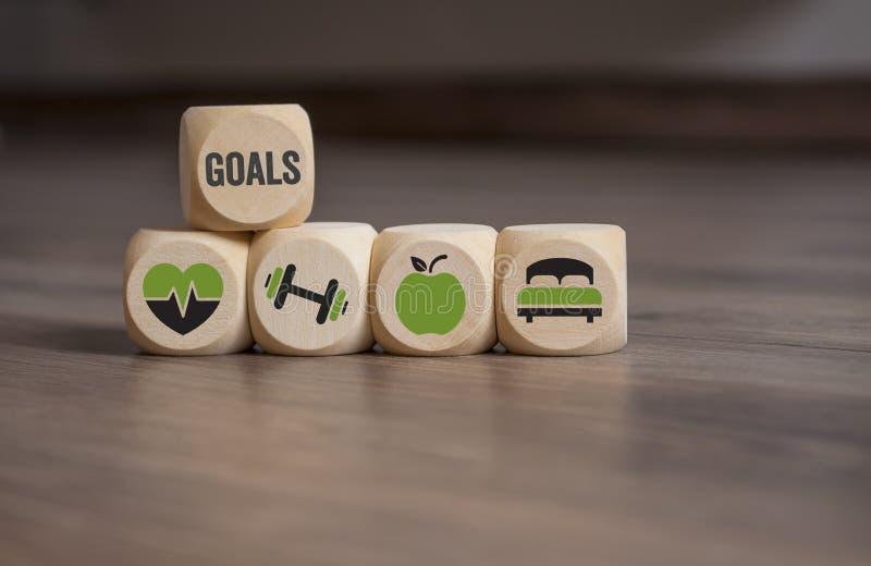 Sześcian kostki do gry z celami, opieką zdrowotną, sprawności fizycznej szkoleniem, odżywianiem i sen twój, zdjęcie stock
