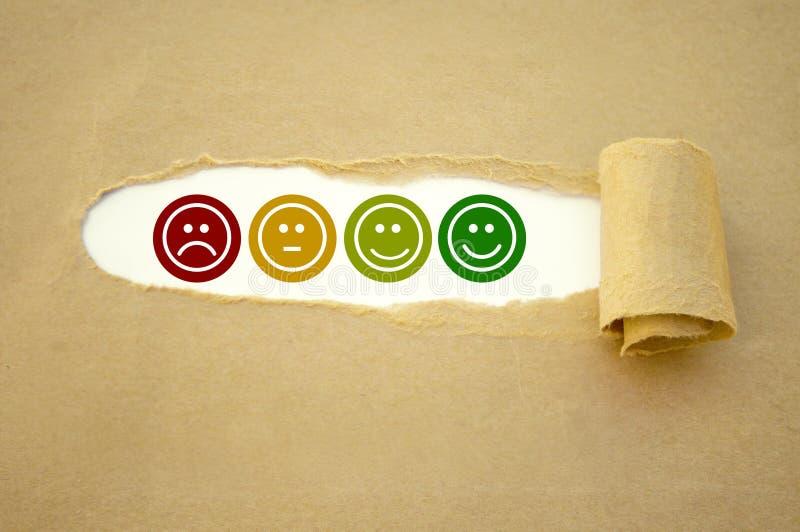Sześcian papierkowa robota z ratingowymi emoticons dla obsługi klientej i kostki do gry zdjęcia royalty free
