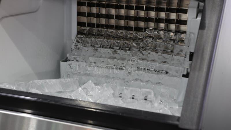 sześcianu lód w lodowej robić maszynie zdjęcia stock