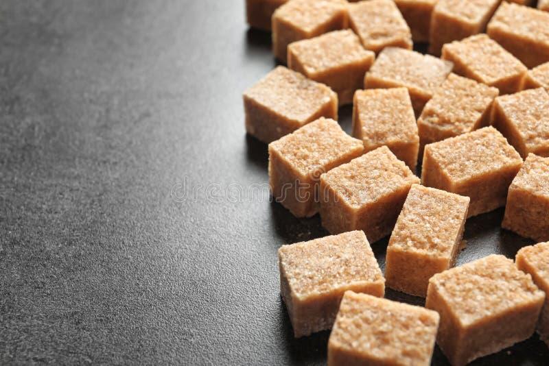 Sześciany brown cukieru stół zdjęcia stock