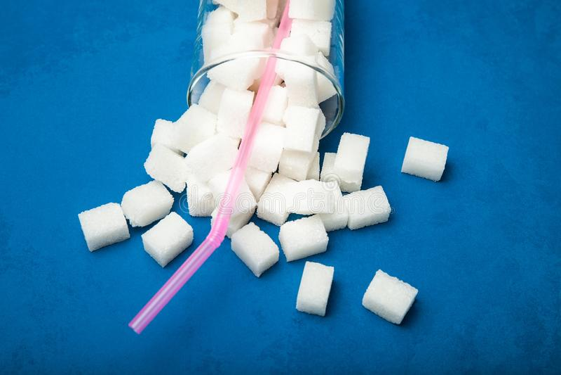 Sześciany cukier w sodzie na błękitnym tle zdjęcia royalty free