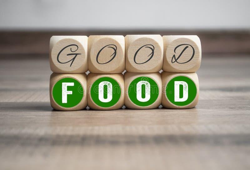 Sześciany i kostki do gry z dobrym jedzeniem na drewnianym tle zdjęcie royalty free