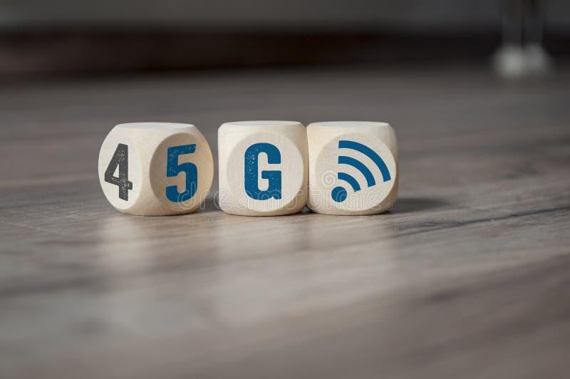 Sześciany i kostki do gry z 4G i 5G zdjęcia stock
