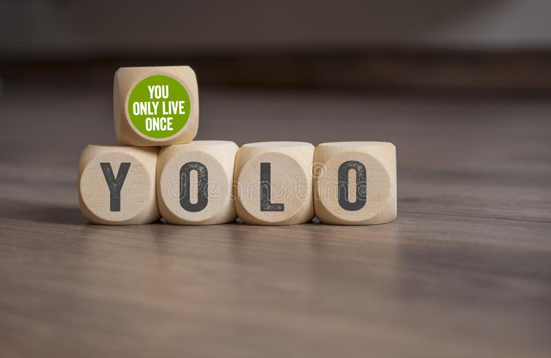 Sześciany i kostki do gry z YOLO - Ty tylko żyjesz jak tylko zdjęcie royalty free