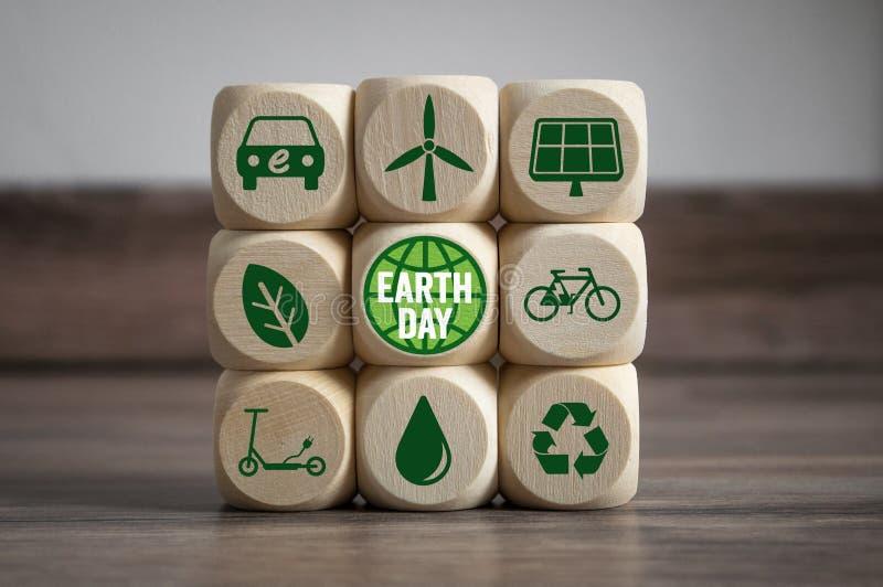 Sześciany i kostki do gry z Ziemskim dniem z zielonymi elektryczność ikonami zdjęcia royalty free