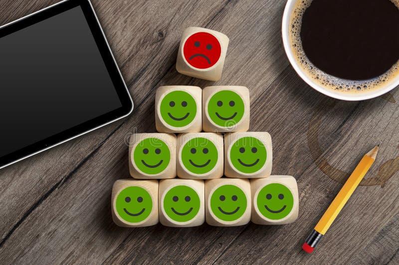 Sześciany i kostki do gry zieloną, czerwoną i obsługa klienta wybory lub wygaśnięcia kasowania z smileys metaforą dla fotografia royalty free