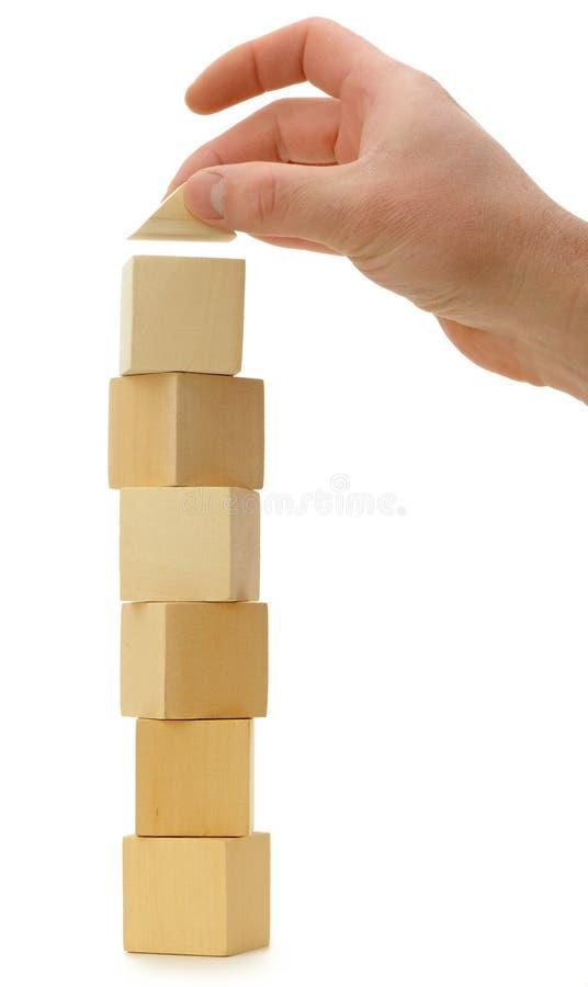 sześciany ustanawiają ręki dachu zabawkę drewnianą obraz royalty free