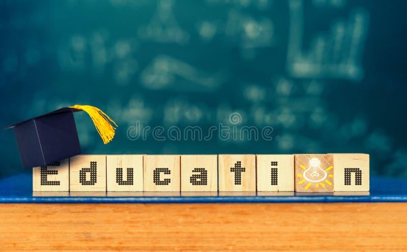 Sześciany z słowem i skalowanie kapeluszem na sześcianach «edukacja «, edukacji pojęcie fotografia royalty free