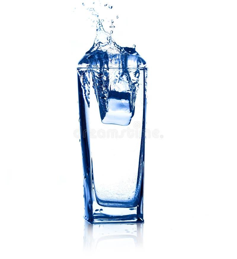 sześciany zamrażają chełbotanie wodę obrazy royalty free