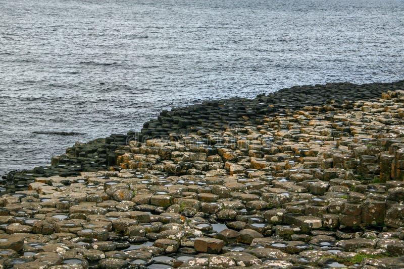 Sześciokąt kształtował kamienie na plaży przy Gigantycznym droga na grobli, Północny I zdjęcia royalty free