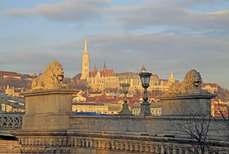 从Szechenyi铁锁式桥梁的看法在马赛厄斯教会,布达佩斯 免版税库存照片