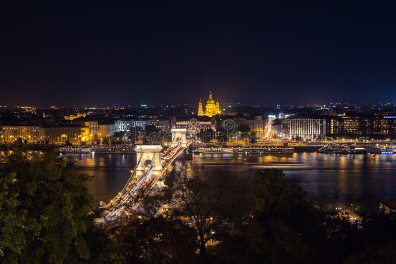 Szechenyi bro i den Budapest Ungern Härliga Danube River förtöjd sikt för nattportship royaltyfria bilder