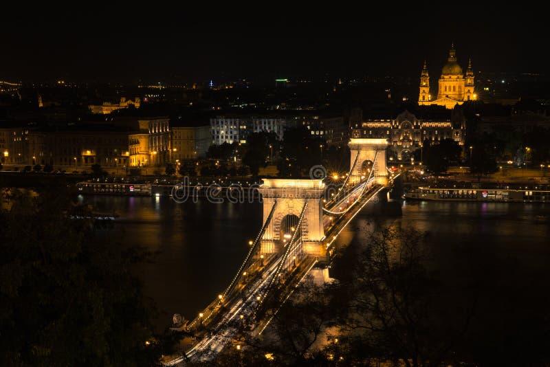 Szechenyi bro i den Budapest Ungern Härliga Danube River förtöjd sikt för nattportship royaltyfri fotografi