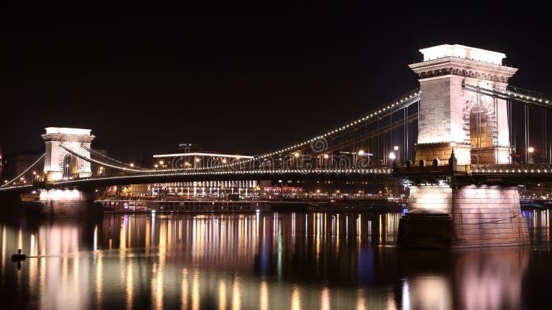 Szechenyiketting Bridgeת bij nacht, Boedapest, Hongarije stock foto's
