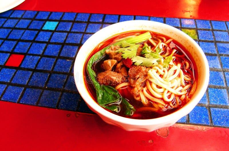 szechuan nudlar för nötköttporslinmat arkivbilder