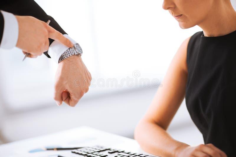 Szef i pracownik przy pracą ma konflikt zdjęcia royalty free