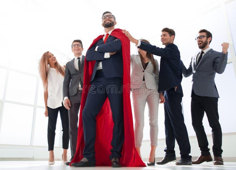 Szef jest bohaterem i biznesowa dru?yna stoi wp?lnie fotografia stock