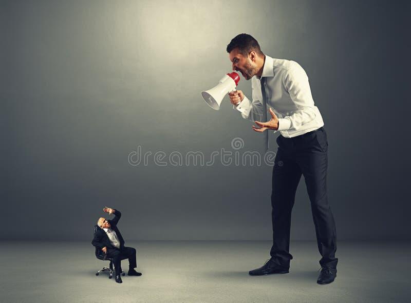 Szef krzyczy przy starszym pracownikiem zdjęcie royalty free