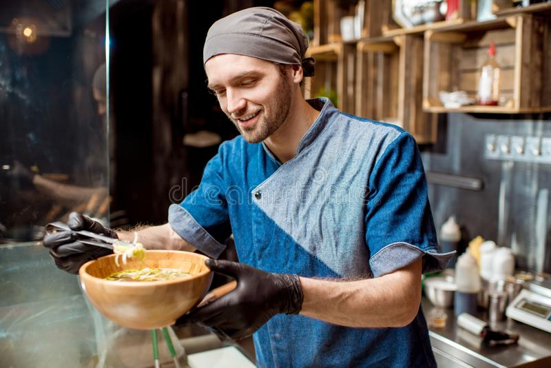 Szef kucharza przy azjatykcią restauracyjną kuchnią obraz royalty free