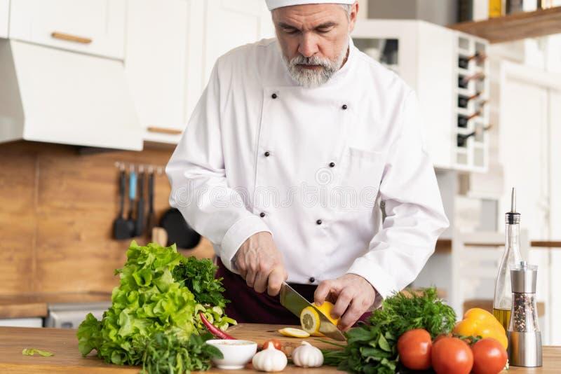 Szef kuchni ciie ?wie?ych i wy?mienicie warzywa dla gotowa? fotografia stock