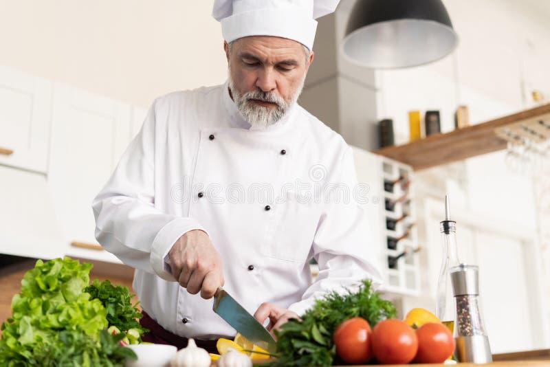Szef kuchni ciie ?wie?ych i wy?mienicie warzywa dla gotowa? fotografia royalty free
