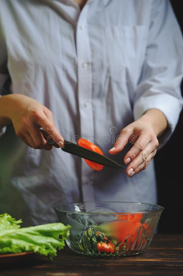 Szef kuchni ciie z nożem jarskiej sałatki fotografia royalty free