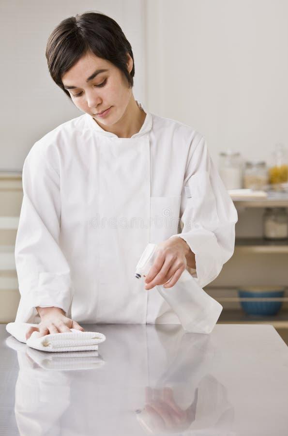 szef kuchni cleaning kontuar zdjęcia royalty free
