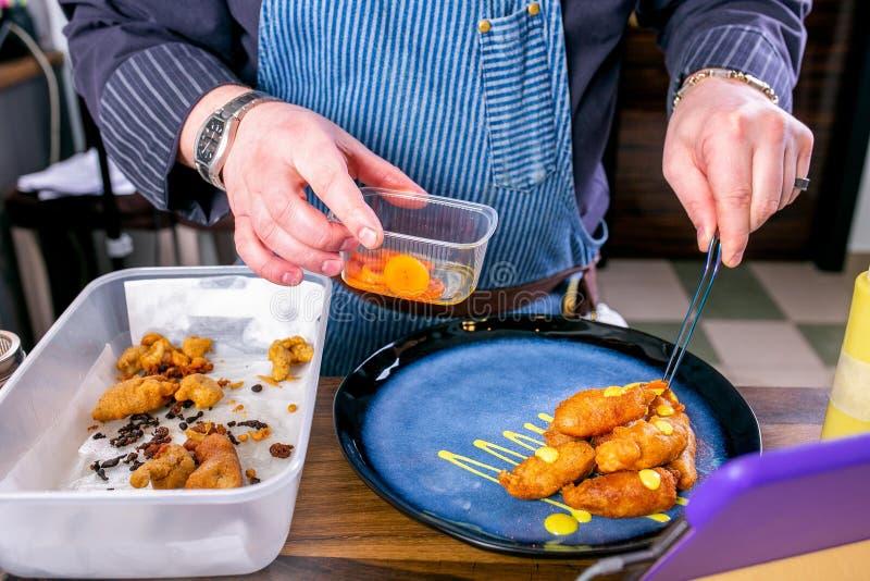 Szef kuchni dekoruje naczynie od uwędzonej sum głowy w cieście naleśnikowym Mistrzowska klasa w kuchni Proces kucharstwo Krok po  zdjęcie royalty free