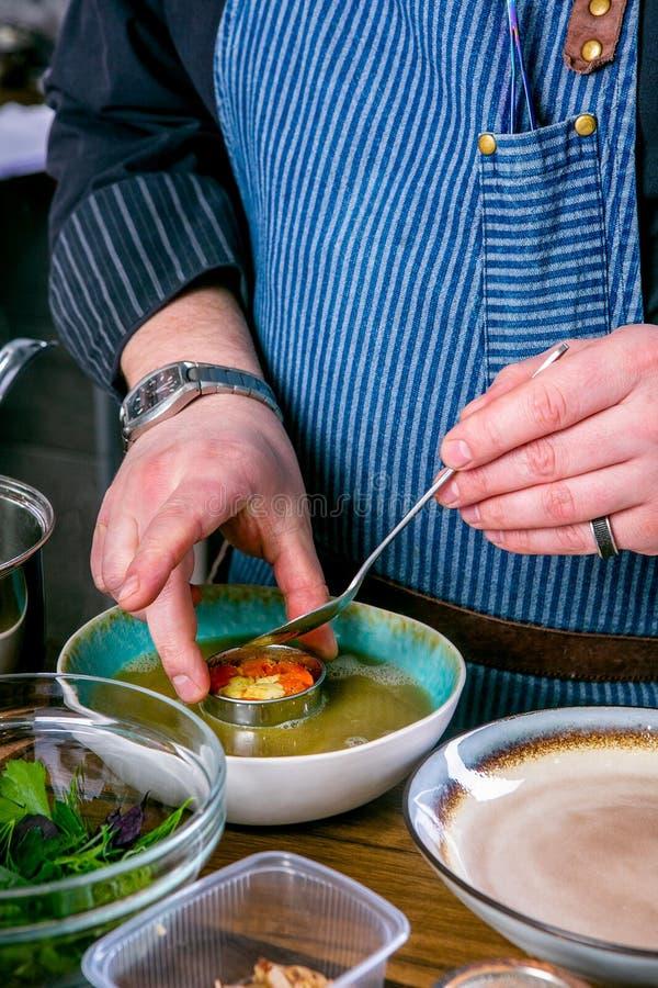 Szef kuchni dekoruje polewkę Fo Bo od uwędzonego suma z celofanowymi kluskami Mistrzowska klasa w kuchni Proces kucharstwo zdjęcie royalty free