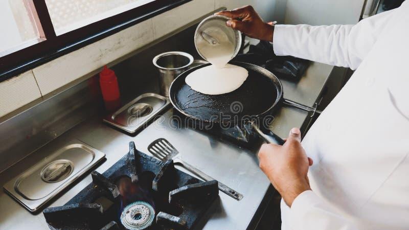 Szef kuchni gotuje bliny na sma?y niecce w restauracji na benzynowej kuchence obrazy royalty free