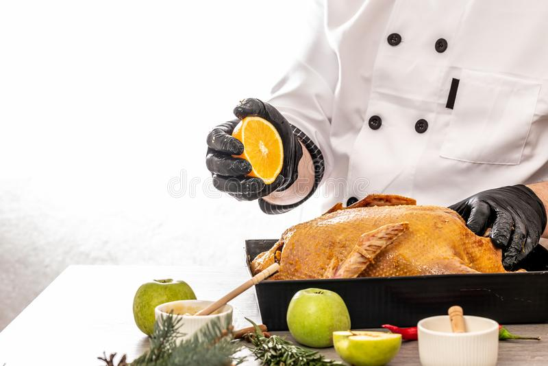 Szef kuchni gotuje ?wi?tecznej kaczki dla bo?ych narodze?, sylwesteru go?? restauracji Przygotowywaj?cy ?wie?ej kaczki faszeruj?c fotografia stock