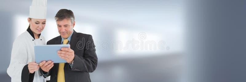 Szef kuchni i kierownik na pastylce z zamazanym tłem zdjęcia royalty free