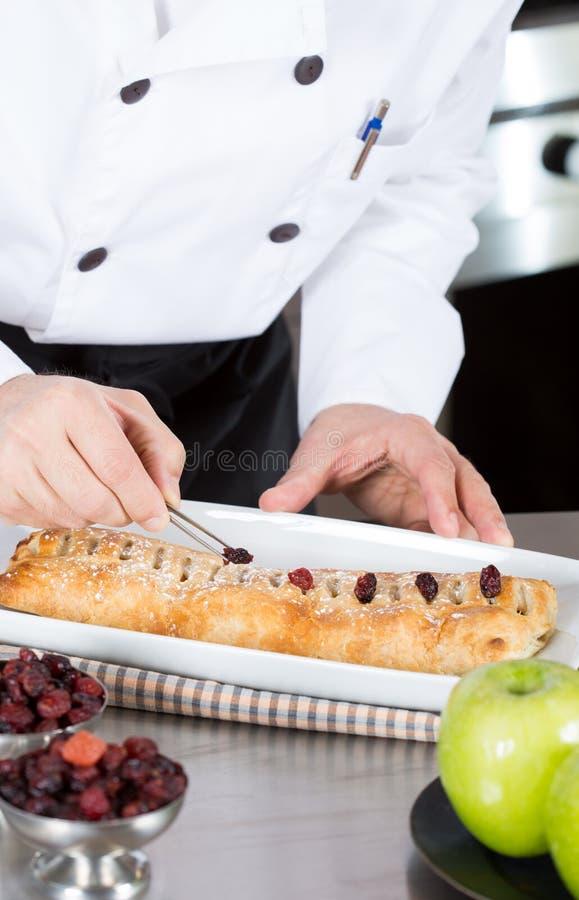Szef kuchni kończy jego tortowego zdjęcia stock
