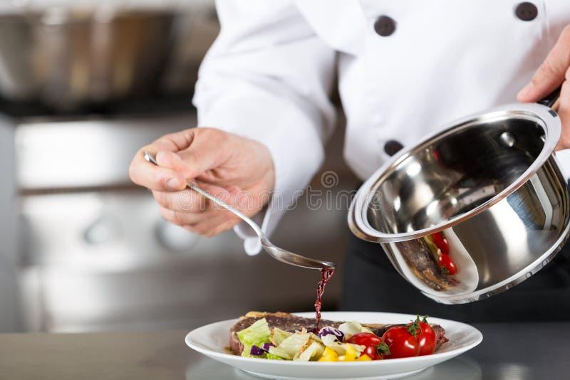 Szef kuchni kończy twój talerza zdjęcie stock