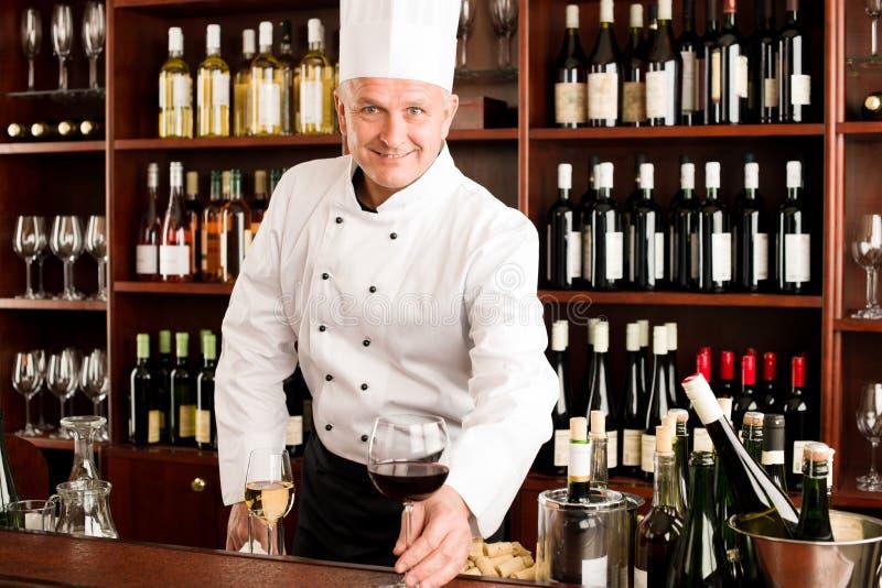 szef kuchni kucbarskiego szklanego restauracyjnego serw uśmiechnięty wino obrazy stock