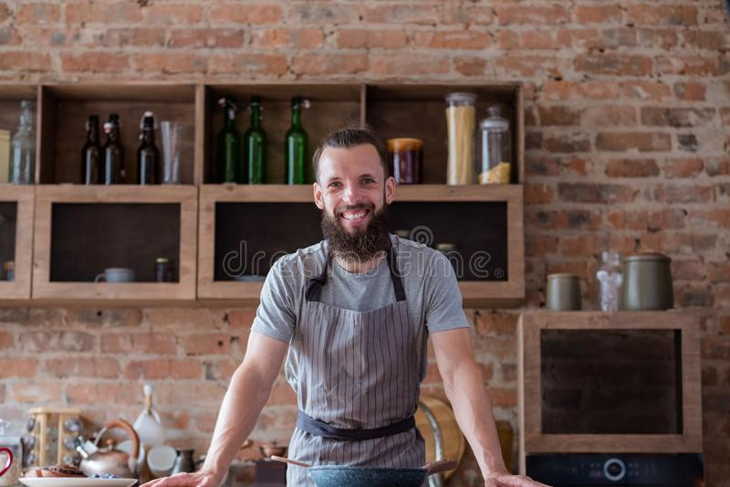 Szef kuchni kulinarnych umiejętności narządzania mężczyzna karmowa kuchnia obraz royalty free