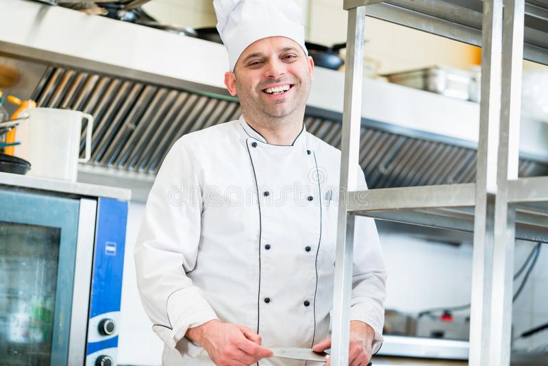Szef kuchni lub kucharz w hotelowych kuchennych kucharstw naczyniach zdjęcia royalty free